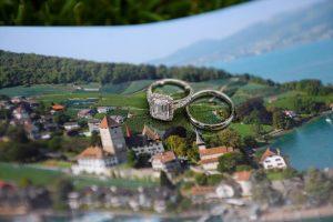 Hochzeitsfotograf Schloss Spiez, Trauringe Schloss Spiez, Fotoshooting im Schlosspark