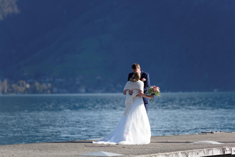 Fotoshooting am Thunersee, Heiraten im Berner Oberland, Brautpaar am Thunersee