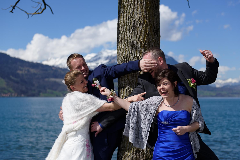 Brautpaar und Trauzeugen im Neuhaus am Thunersee