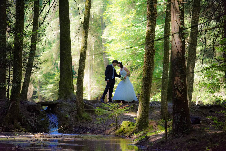 Romantisches Hochzeitsfotoshooting im Wald und am See