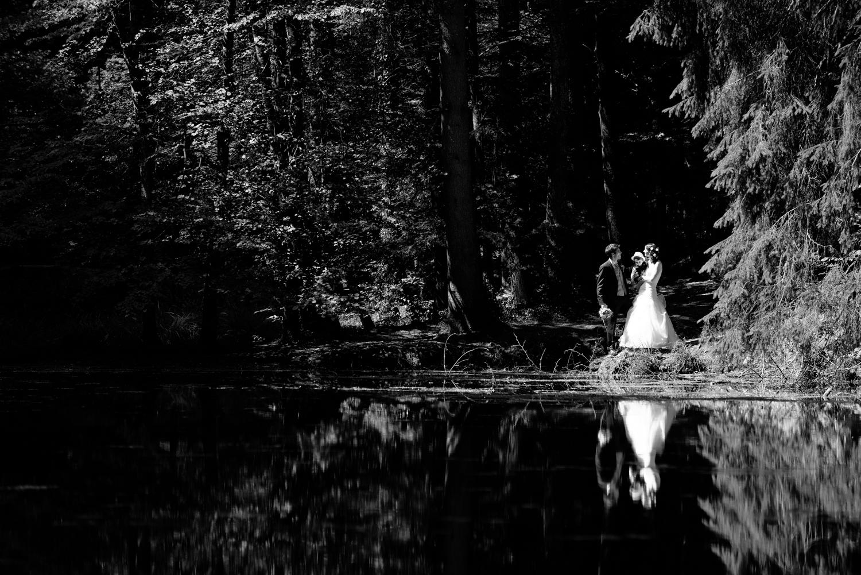 Brautpaar Reflexion im Wasser, Familienshooting am See, Oberaargau