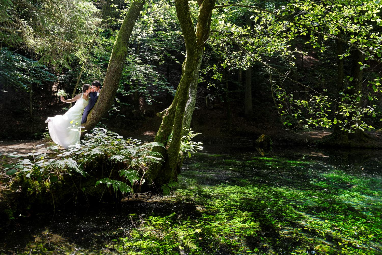 Fotoshooting am Waldsee, Brautpaar am See