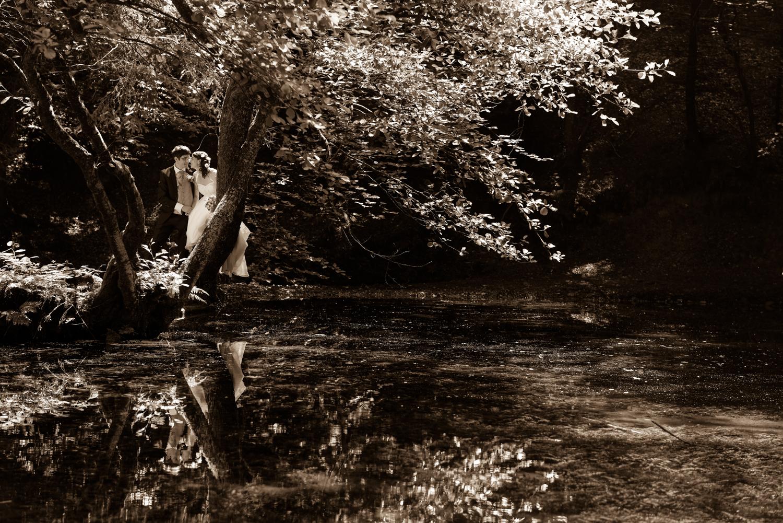 Hochzeitsfotos, Reflexion am Wasser, Brautpaar am See, Oberaargau Hochzeitsfotograf