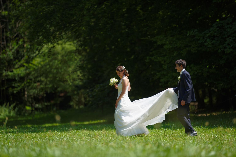 Brautpaar im Oberaargau, Fotoshooting in der Natur, elegante Hochzeitsfotografie